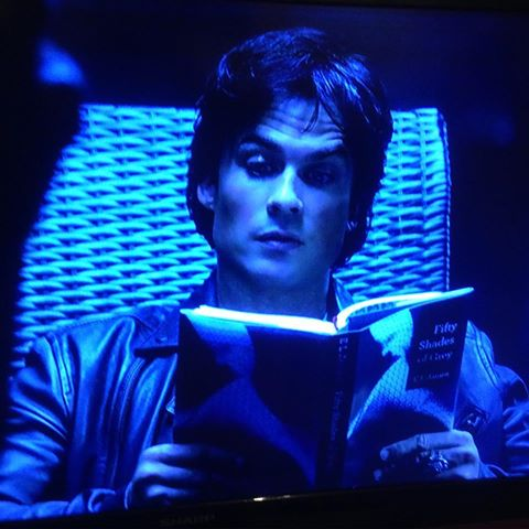 Zelfs Damon leest de 50 tinten boeken en hij vind ze goed. Rare gast #thevampirediaries #damonsalvatore