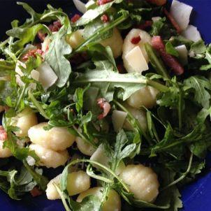 Avondeten gnocchi met rucola sla, gebakken spekjes en kaassnippers
